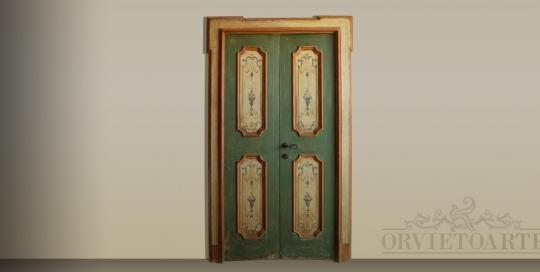 Porta ricostruita con materiali antichi e decorata in stile marchigiano con motivi a candelabra. Finitura in patina a imitazione dell'antico. Dotata di cornice coprifilo.