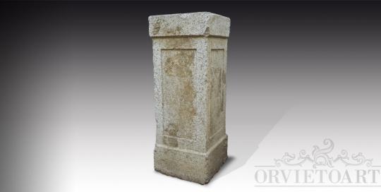 Colonna quadrangolare in pietra.