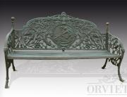 Panchina due posti in ghisa, con seduta a fasce e schienale decorato con motivi animali e vegetali.