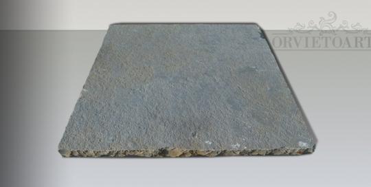 Pavimento in lastre di pietra grigia simile alla basaltina.