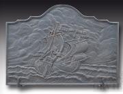 Piastra da camino in fusione di ghisa con bassorilievo raffigurante una battaglia navale