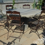 Sedie disposte intorno al tavolo di pietra