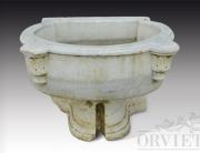 Vaschetta in marmo da parete, con basamento in corpo unico.