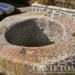 Particolare pozzo antico in pietra