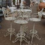 Sgabelli in fero con tavolino