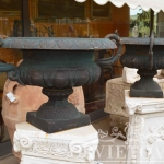 Coppia vasi in ghisa, Arredo giardino, Orvieto, Umbria, Italia