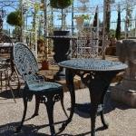 Tavolo e sedia in ghisa da giardino, Arredo giardino, Orvieto, Umbria, Italia