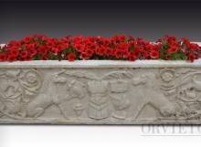 Vasca in marmo bianco con bassorilievi fioriera, Arredo giardino, Orvieto, Umbria, Italia