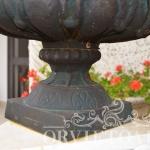 Vaso in ghisa portafiori, Arredo giardino, Orvieto, Umbria, Italia