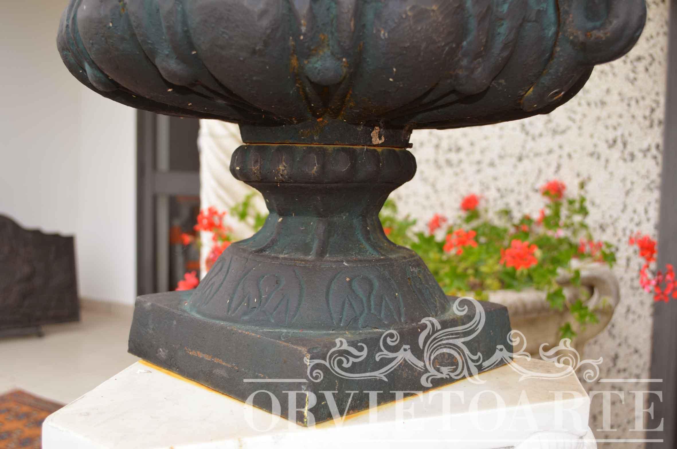 Orvieto arte vaso in ghisa con manici for Arredo giardino perugia