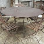tavolo rotondo con sedie ruggine, Arredo giardino, Orvieto, Umbria, Italia