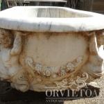 Vasca in marmo di Carrara con bassorilievi