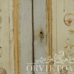 Credenza dipinta motivi a candelabra, Orvieto, Umbria, Italia