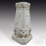 Colonna portavaso in marmo bianco di vecchia fattura. Prisma a base triangolare con leggera rastrematura verso l'alto.