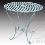 Tavolo in ferro con piano rotondo a fasce con al centro un giglio decorativo.