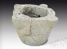 Mortaio antico in pietra di grandi dimensioni, scolpito a mano.