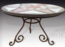Tavolo con piano in mosaico e base in ferro battuto