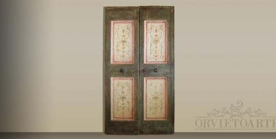 Porta ricostruita con materiali antichi e decorata in stile marchigiano con motivi a candelabra. Finitura in patina a imitazione dell'antico.