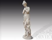 Statua in pietra di donna in abiti classici a braccia conserte con bambino