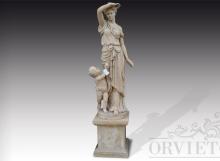 Statua in pietra di donna ritratta in abiti classici con bambino