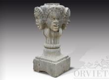 Elemento di antica fattura in pietra a quattro facce con basamento.
