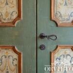 Particolare della porta decorata