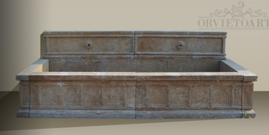 Fontanile in marmo da parete con fori per la rubinetteria e lo scarico.