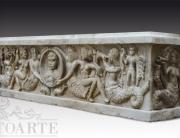 Vasca in marmo di antica fattura scolpita a mano con creature marine e ancelle.