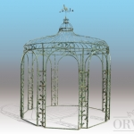Gazebo a pianta ottagonale con colonne angolari decorate da racemi