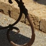 Particolare della base in ferro battuto