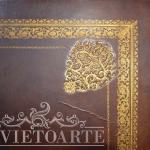 Particolare della decorazione in oro impressa sul cuoio