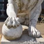 Particolare della zampa del leone in marmo