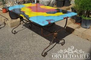 Tavolo con piano in pietra lavica, decorato a mano con motivi astratti