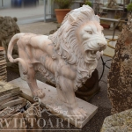 leone ruggente in marmo rosa
