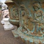 Coppia di vasi monumentali in ghisa