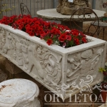 Vasca in marmo con bassorilievi, Arredo giardino, Orvieto, Umbria, Italia