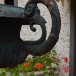 Vaso in ghisa con manici, Arredo giardino, Orvieto, Umbria, Italia